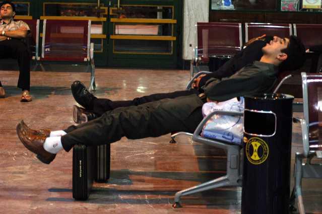 insan uykusuzluk fotoğrafı terminalde uyku